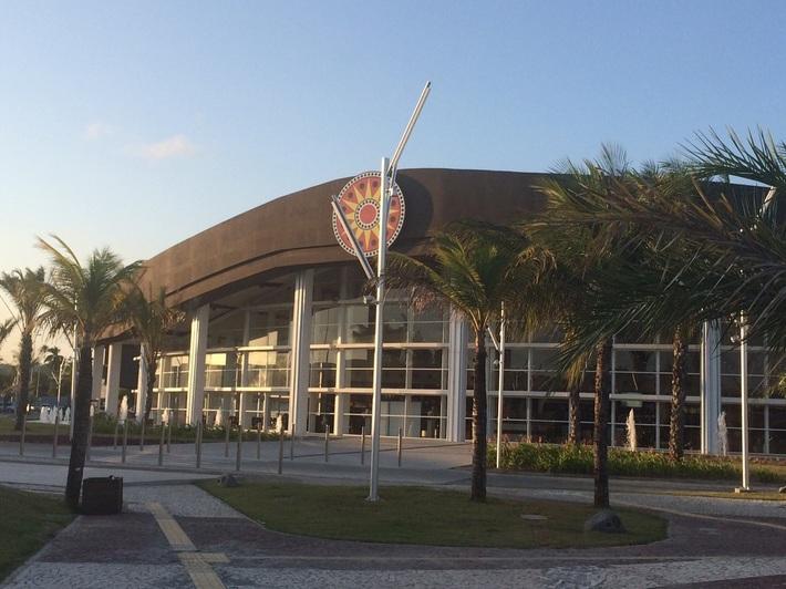 a24952c60 Inaugurado em 2013, o Outlet Premium Salvador faz parte de uma rede com  lojas em SP, RJ e Brasília. São cerca de 60 lojas, praça de alimentação, ...